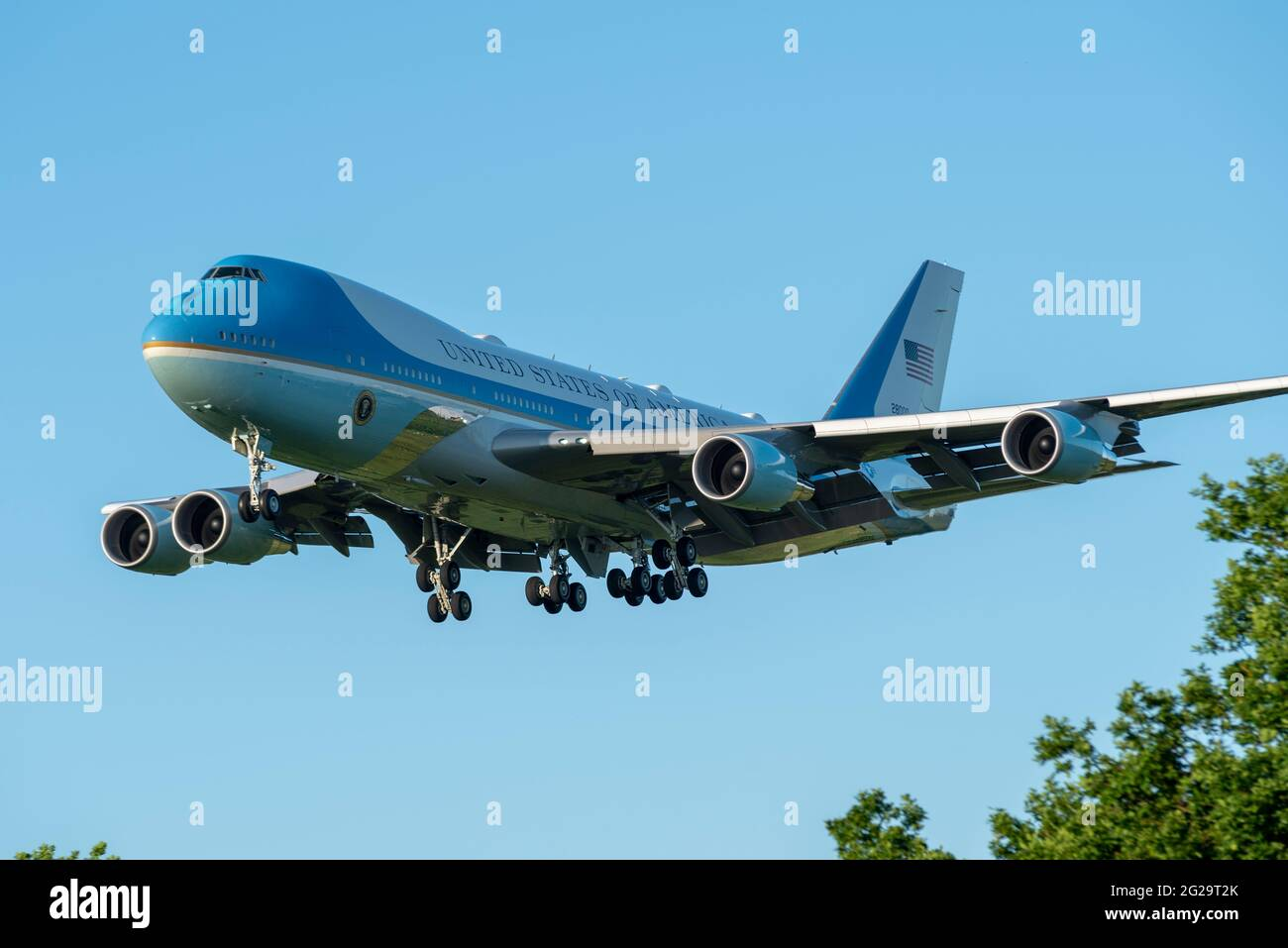 raf-mildenhall-suffolk-uk-9th-jun-2021-us-president-joe-biden-has-flown-from-washington-to-raf-mildenhall-in-suffolk-aboard-air-force-one-a-boeing-vc-25a-converted-747-jumbo-jet-landing-in-the-early-evening-the-airbase-is-used-by-the-us-air-force-100th-air-refuelling-wing-whose-stationed-personnel-will-be-inspected-by-biden-as-the-first-scheduled-event-of-his-five-day-uk-visit-biden-will-depart-later-in-the-evening-to-relocate-for-meetings-with-pm-boris-johnson-and-to-attend-the-g7-summit-in-cornwall-landing-over-woodland-2G29T2K.jpg
