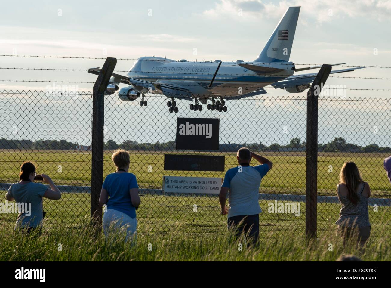 raf-mildenhall-suffolk-uk-9th-jun-2021-us-president-joe-biden-has-flown-from-washington-to-raf-mildenhall-in-suffolk-aboard-air-force-one-a-boeing-vc-25a-converted-747-jumbo-jet-landing-in-the-early-evening-the-airbase-is-used-by-the-us-air-force-100th-air-refuelling-wing-whose-stationed-personnel-will-be-inspected-by-biden-as-the-first-scheduled-event-of-his-five-day-uk-visit-biden-will-depart-later-in-the-evening-to-relocate-for-meetings-with-pm-boris-johnson-and-to-attend-the-g7-summit-in-cornwall-people-watching-af1-from-behind-perimeter-security-fence-2G29T8K.jpg