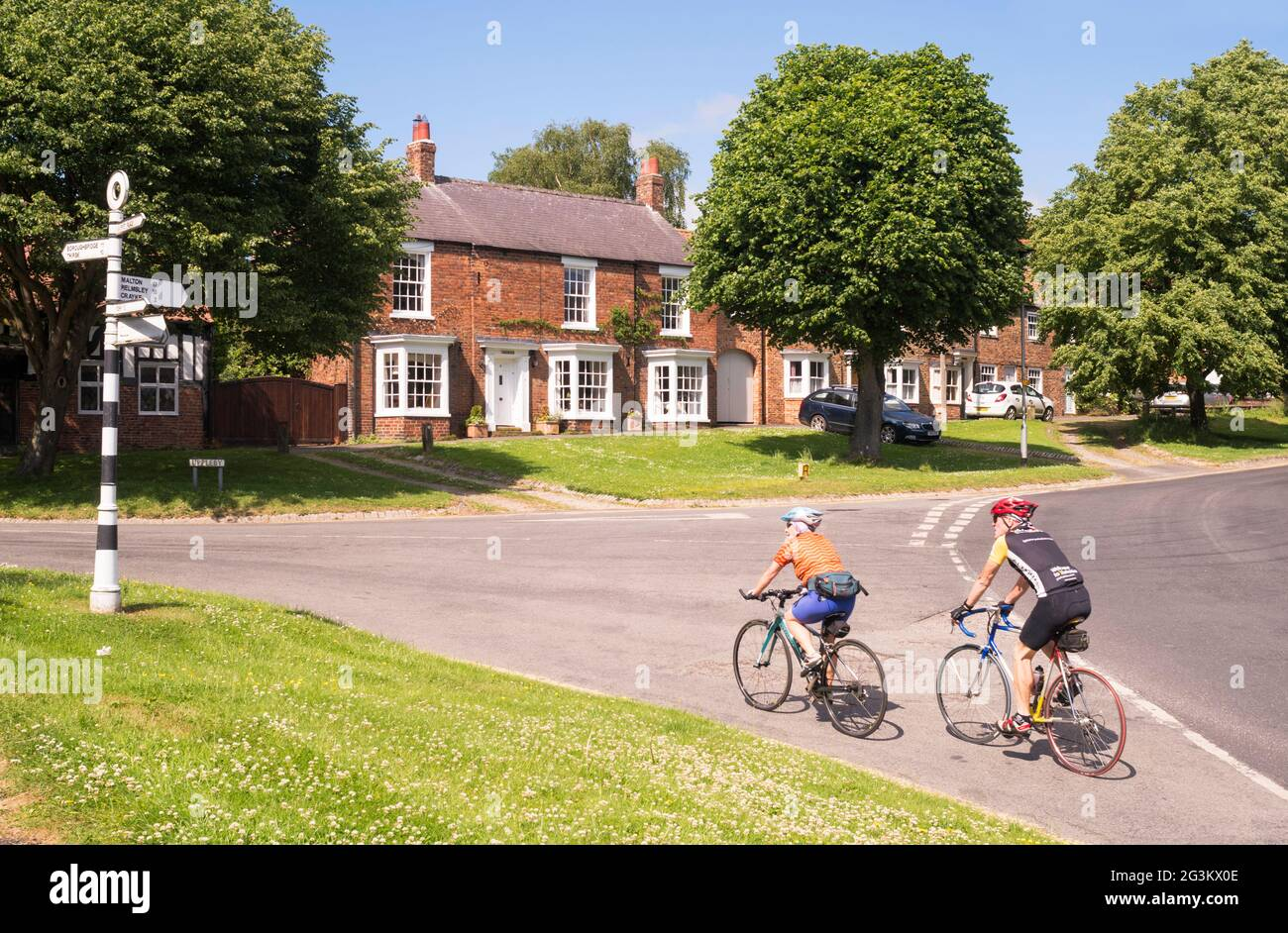 couple-cycling-through-easingwold-north-yorkshire-england-uk-2G3KX0E.jpg