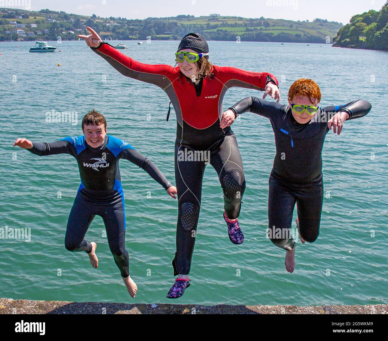 children-jumping-backwards-into-the-sea-on-summer-holiday-2G5WKM9.jpg