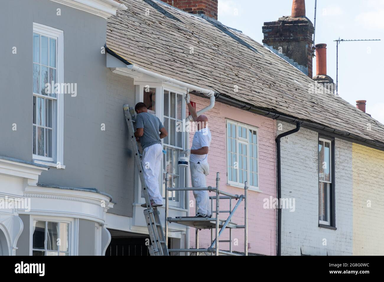 two-painters-and-decorators-painting-the-exterior-of-a-house-in-the-pretty-market-town-of-alresford-hampshire-england-uk-2G8G0WC.jpg