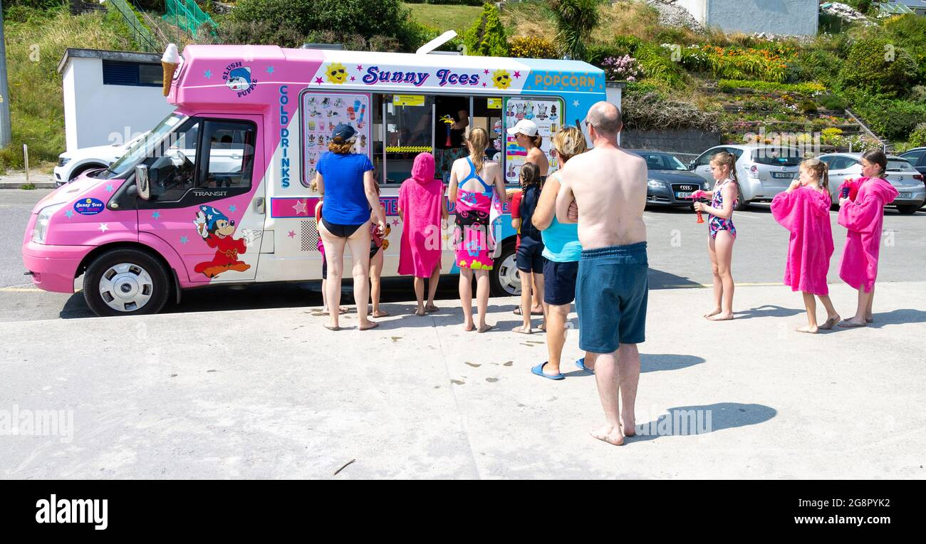 queue-of-people-waiting-at-ice-cream-van-2G8PYK2.jpg