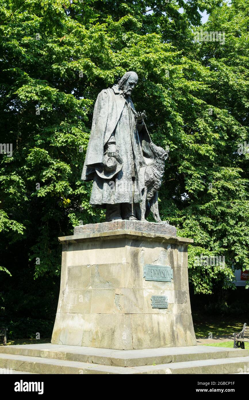 statue-of-alfred-lord-tennyson-standing-in-lincoln-cathedral-grounds-lincoln-ciy-lincolnshire-2021-2GBCP1F.jpg