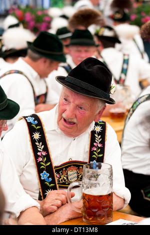 Villageois au festival de la bière dans le village de Klais en Bavière, Allemagne - Image