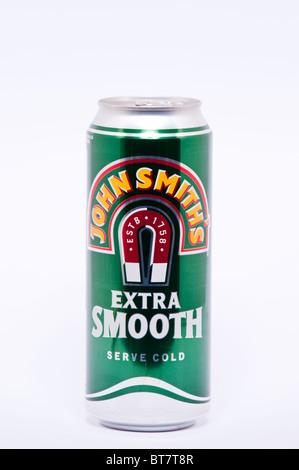 Un gros plan photo d'une canette de boisson de bière amère extra lisse John Smiths sur un fond blanc - Image