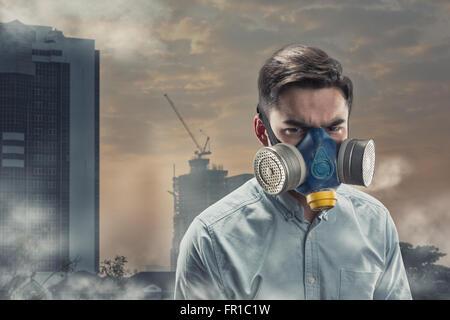 Jeune homme en masque à gaz - Image