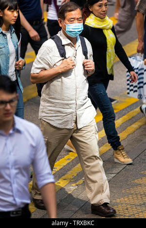 Piétons chinois avec masque et sac à dos, hong kong, sas, Chine - Image