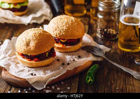 Deux hamburgers et des bouteilles de bière au pub. - Image de l'éditeur