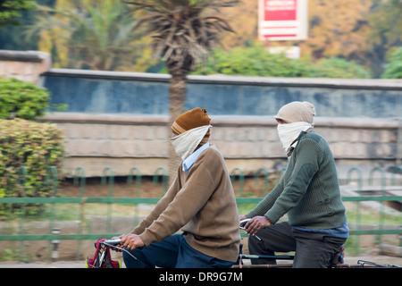 Des cyclistes portant un masque facial pour lutter contre la terrible pollution de l'air à Ahmedabad; Inde; - Image de l'éditeur
