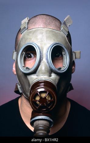 Homme masque à gaz adultes adultes air pollution angoisse angoisse anxiété atmosphère anxieuse respiration chimique chimis - Image