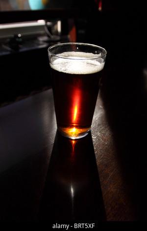 Pinte de bière verre bière amère au pub anglais - Image