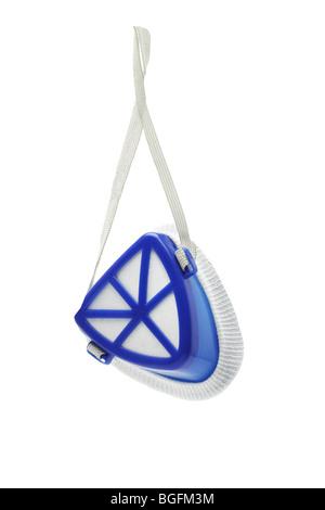 Masque protecteur bleu suspendu sur fond blanc - Image