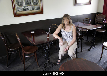 Une femme assise dans un très vieux pub façonné au Black Country Museum, près de Dudley, West Midlands Uk - Image
