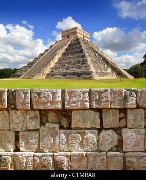 Chichen Itza Tzompantli the Wall of Skulls and Kukulkan pyramid - Stock Image