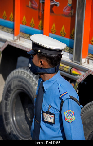 Police de rue avec masque pour la pollution. Kathmandu Népal Asie Vertical 92810_Nepal - Image