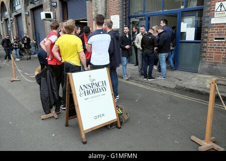 Les gens à l'extérieur de la brasserie et appuyez sur & 'Anspach Hobday' signe dans Druid Street Ropewalk Bermondsey London - Image