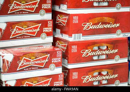 Bière Budweiser en vente dans un magasin, Royaume-Uni. - Image de l'éditeur