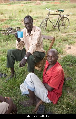 Villageois buvant de la bière maison dans le camp de réfugiés d'Acowa - district d'Amuria, sous-région de Teso (Ouganda), Afrique de l'est - Image