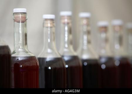 rangée du haut des bouteilles en verre et des bouchons sur des bouteilles de vin fait maison pour l'affichage et à des fins de jugement - Image