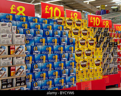 paquets de bière bon marché dans un supermarché asda, Royaume-Uni - Image