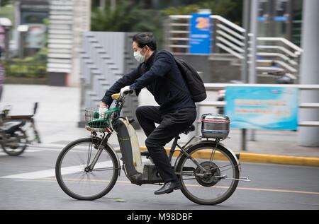 Homme portant un masque, trottinette à shanghai (Chine) - Image