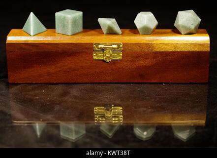 Présentoir en bois de cristaux géométriques platoniques. Représente les éléments grecs. Photo macro, Devon, Royaume-Uni. - image d'archive