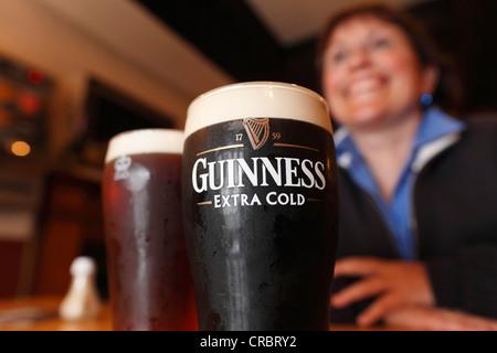 Pinte de Guinness, grosse bière, pub de Mary McBride, Cushendun, comté d'Antrim, Irlande du Nord, Royaume-Uni - Image