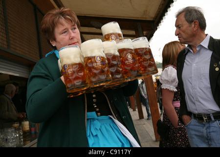 Serveuse au Lowenbrau Festhalle lors du festival de la bière Oktoberfest à Munich, en Allemagne. - Image de l'éditeur