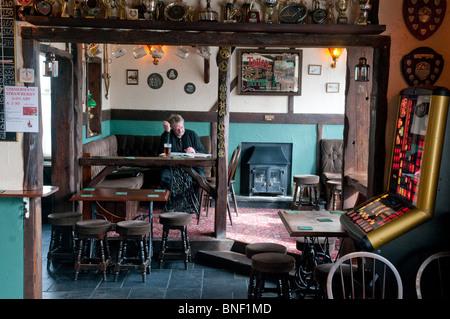 Un homme apprécie une pinte de bière / bière dans The Star Inn, Crowlas, un pub traditionnel de Cornouailles. - Image de l'éditeur