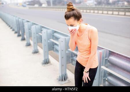Femme exerçant avec masque de protection - Image