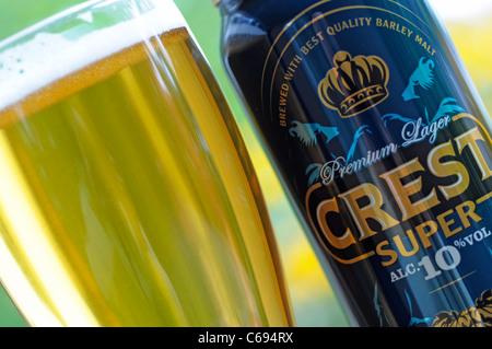 Verre à bière et peut, Crest Lager, bière du Royaume-Uni - Image