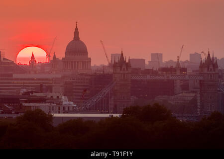 London, UK. 15th May, 2019. UK Weather: Dramatic setting sun over the city with St. Paul's Cathedral and Tower Bridge in view. Credit: Guy Corbishley/Alamy Live News - Stock Image