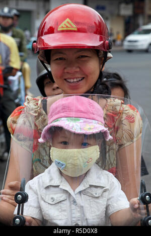 Vietnam, Ho Chi Minh-Ville, passagers moto portant des masques de pollution - Image