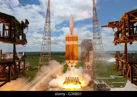 A United Launch Alliance Delta IV-Heavy rocket lifts off from Space Launch Complex 37B June 11, 2016 in Cape Canaveral, - Stock Image