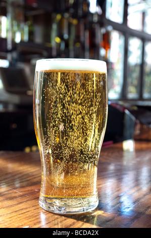 Gros plan d'une pinte de bière dans un pub, Angleterre, Royaume-Uni - Image