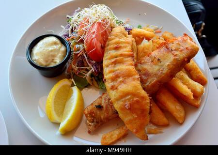 Assiette de fish and chips avec salade, sauce aux champignons et citron. - Image de l'éditeur