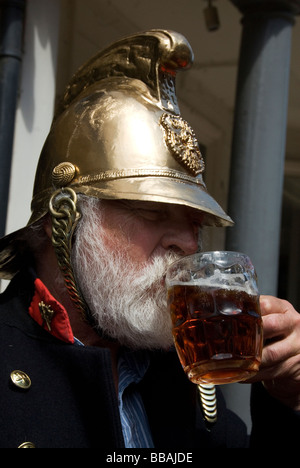 Membres de Lewes East Sussex de la société de feu de joie Cliffe, boire de la bière - Image