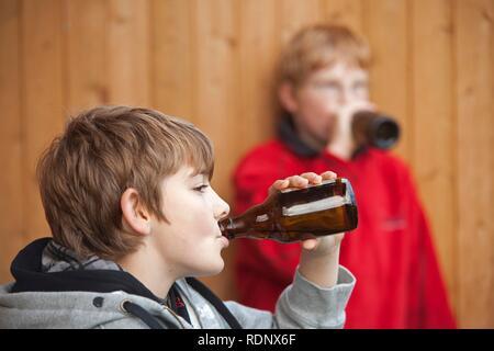 Garçons mineurs, boire de la bière, scène posée - Image