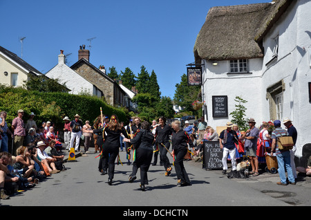 Morris Dancers devant le pub Kings Arms, pendant le festival folklorique de Dartmoor, South Zeal, Dartmoor, Devon, Angleterre - Image