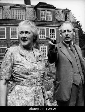 Harold Macmillan and his wife Lady Dorothy in front of their house - Stock Image