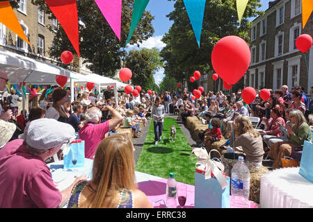 Islington, London, 7 June 2015. A gloriously sunny day at the Big Lunch Street Party in Englefield Road, with the - Stock Image