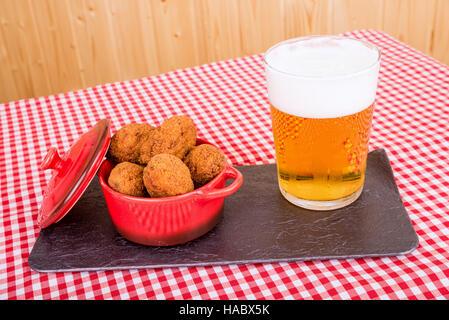 Portion de croquettes de poisson de morue fraîchement frits servis avec de la bière, un tapa espagnol - Image