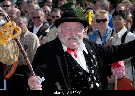Homme bavarois en costume traditionnel dansant pendant le défilé de la Munich oktoberfest, Allemagne - Image