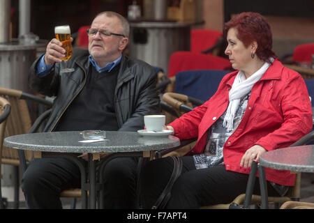 Bière de touristes dégustation à la vieille ville, prague, République tchèque - Image