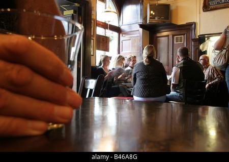 Buveur tenant un verre de whisky - Image