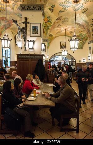 L'intérieur de la célèbre brasserie Hofbräuhaus à Am Platzl, dans le vieux quartier de Munich en Allemagne. C'est - Image