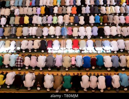 Allahabad, Uttar Pradesh, India. 10th May, 2019. Allahabad: Muslims offer prayer on the occasion of first Zuma(friday) during RAMADAN month at historical Washi ullah Mosque in Allahabad(Prayagraj) on friday, May 10, 2019. Credit: Prabhat Kumar Verma/ZUMA Wire/Alamy Live News - Stock Image