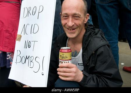 Manifestation pour marquer 5 ans de guerre en Irak, vieux hippie avec bière et pancarte des années 1960, gouttes d'acide et non de bombes - Image
