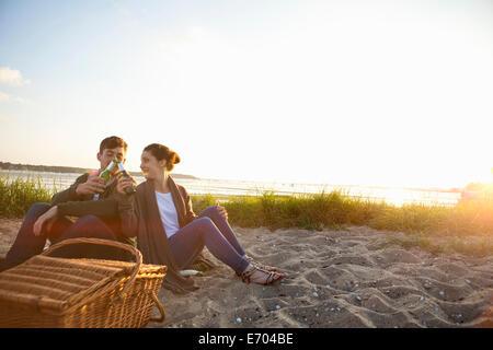 Jeune couple pique-nique sur la plage de Bournemouth, Dorset, Royaume-Uni - Image
