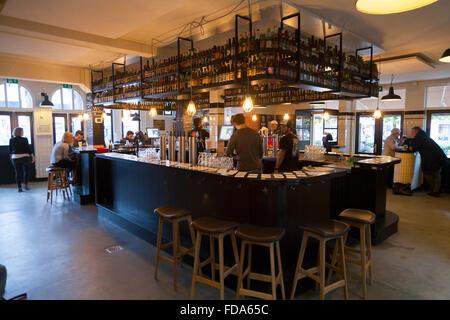 Le bar-pub Brouwerij 't IJ, qui sert de la bière brassée sur place, abrite également la brasserie originale. Amsterdam. Le - Image